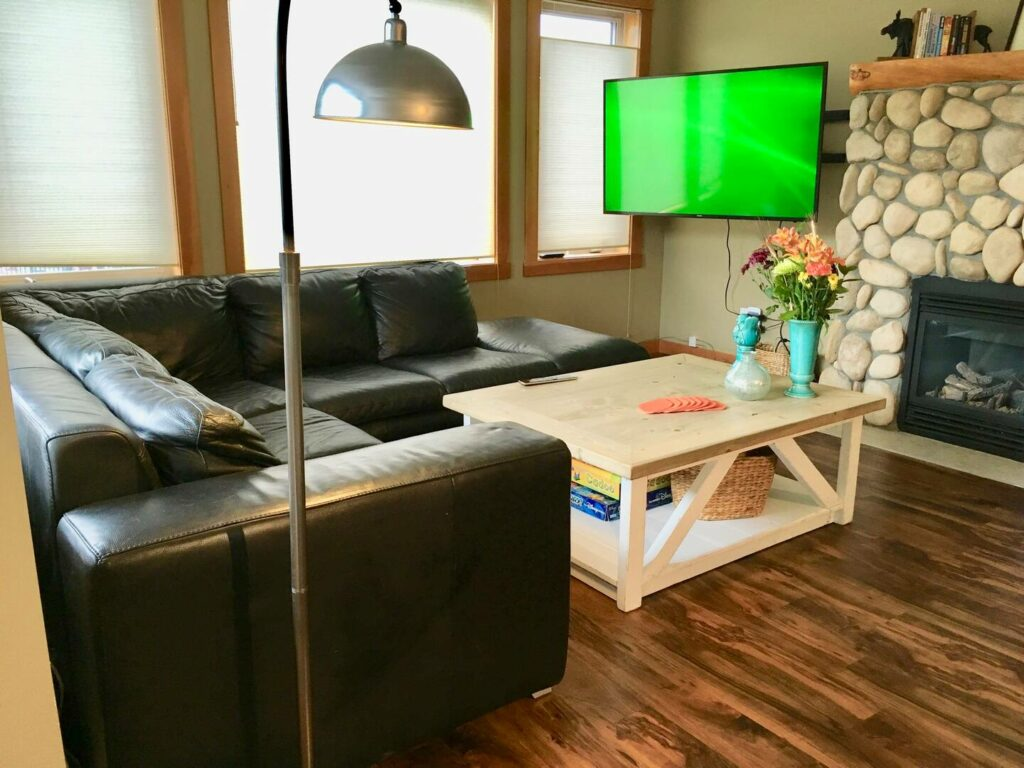 Central Bright Cozy Airbnb Canmore