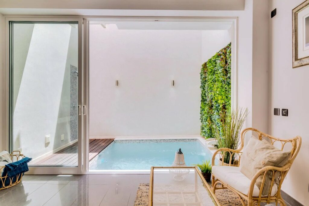 Airbnb in downtown Faro with pool