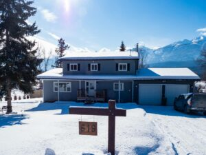 Great Airbnb in Golden BC with pool